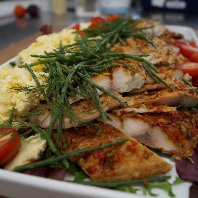 Skaldyrsbuffet Peber makrel med røræg og salturt